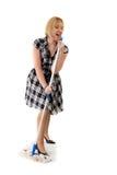 Nette Hausfrau singt zum Besenstiel Stockfotos
