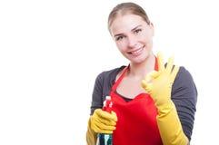 Nette Haushälterinfrau, die okayzeichen zeigt Stockfoto