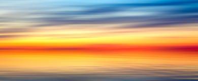 Nette helle rote gelbe blaue abstrakte Unschärfebeschaffenheitshintergrund-Panoramalandschaft mit Sonnenuntergangsee Lizenzfreie Stockfotos