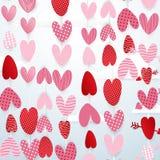 Nette Herzen hängen im Himmelvalentinsgrußtageskonzepthintergrund Stockfotografie
