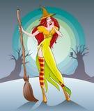 Nette Hexe steht mit einem Besen im Mondschein am Vorabend Halloweens Stockfoto