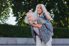 Nette Hippiepaare, die das Leben genießen lizenzfreie stockfotografie