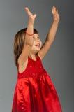 Nette Holding des kleinen Mädchens übergibt oben Lizenzfreie Stockfotos
