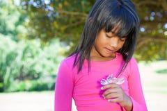 Nette Holdingblume des kleinen Mädchens Lizenzfreies Stockbild