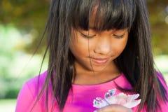 Nette Holdingblume des kleinen Mädchens Stockfoto