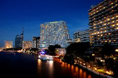 Nette Hotelgebäudebeleuchtung neben dem Chao Phraya Stockfotos