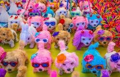 Nette Hundepuppen im Verkauf am Markt lizenzfreies stockfoto