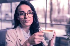 Nette intelligente Geschäftsfrau, die eine Kaffeepause hat lizenzfreie stockfotos