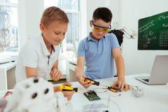 Nette intelligente Jungen, die in der Klasse sind Lizenzfreie Stockfotos