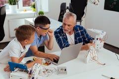 Nette intelligente Jungen, die mit ihrem Lehrer sprechen Lizenzfreie Stockfotografie