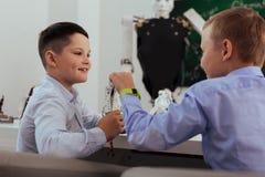 Nette intelligente Jungen, die Roboter besprechen Stockfotos