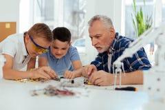 Nette intelligente Jungen, die zusammenarbeiten Lizenzfreie Stockfotos
