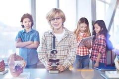 Nette intelligente Kinder, die Biologieunterricht genießen Lizenzfreie Stockbilder
