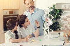 Nette intelligente Kinder, die ein Projekt vorbereiten Lizenzfreies Stockbild