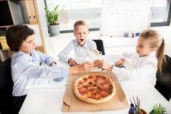 Nette intelligente Kinder stehen zusammen still Lizenzfreie Stockbilder