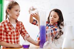 Nette intelligente Mädchen, die im Labor sind Lizenzfreies Stockfoto