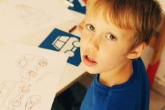 Nette 6 Jahre alte Junge Stockfoto