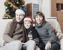 Nette 5 Jahre altes bou im Sankt-Hut auf schwarzem Hintergrund Stockfotos