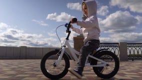 Nette 3 - 4 Jahre Jungenkind, die lernen, erstes laufendes Balancenfahrrad zu reiten stock video