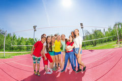 Nette jugendlich Jungen und Mädchen im Volleyball team stockfotos