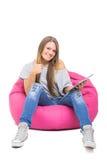 Nette Jugendliche mit Tablette Daumen oben gestikulierend Lizenzfreies Stockbild