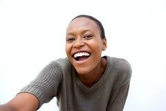 Nette junge afrikanische Frau, die ein selfie spricht Lizenzfreies Stockbild