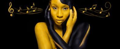 Nette junge afrikanische Frau mit Kunstmodemake-up Überraschende Frau mit schwarzen und gelben Make-up und den Anmerkungen bunt lizenzfreies stockbild