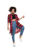 Nette junge Afroamerikanerfrau, die sich Daumen zeigt und an der Kamera lächelt Lizenzfreie Stockfotos