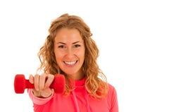 Nette junge blonde Frau, die in der Eignungsturnhalle vorbei lokalisiert ausarbeitet Lizenzfreie Stockbilder