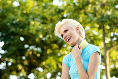 Nette junge blonde Frau, die draußen lacht Lizenzfreie Stockfotografie