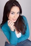 Nette junge Brunettefrau im Studio Stockfoto