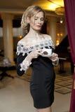 Nette junge Dame mit einem Tasse Kaffee Lizenzfreie Stockfotografie