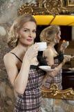 Nette junge Dame mit einem Tasse Kaffee Stockfotografie