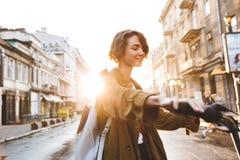 Nette junge erstaunliche Frau, die draußen in Park mit schönem Frühlingstag des Fahrrades geht lizenzfreie stockfotografie