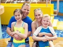 Nette junge Familie auf Kreuzfahrtferien zusammen stockfotografie