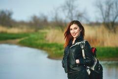 Nette junge Frau auf Frühlingsweg stockbilder