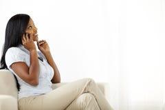 Nette junge Frau auf Handy Lizenzfreie Stockbilder