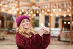 Nette junge Frau, die selfie am Handy am Ba nimmt lizenzfreie stockfotos