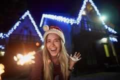 Nette junge Frau, die Winterzeit ourtdoors genießt lizenzfreies stockfoto
