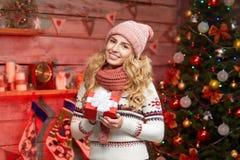 Nette junge Frau Holding eingewickeltes rotes giftbox Stockbilder