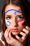 Nette junge Frau im Gesichts-Lack lizenzfreies stockbild