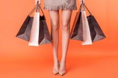 Nette junge Frau ist gehender Einkauf mit Vergnügen Stockfotos