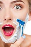 Nette junge Frau macht Spaß im Badezimmer lizenzfreies stockfoto