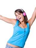 Nette junge Frau mit den Kopfhörern, die auf Musik tanzen Stockfotos
