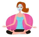 Nette junge Frau mit der Gesichtsschablone, die Yogahaltung tut Lizenzfreies Stockbild