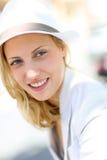 Nette junge Frau mit weißem Hut Stockbilder