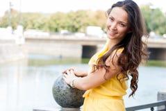 Nette junge Frau nahe einem Fluss Lizenzfreies Stockbild