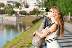 Nette junge Frau nahe einem Fluss stockfotos