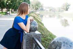 Nette junge Frau nahe einem Fluss Stockbild