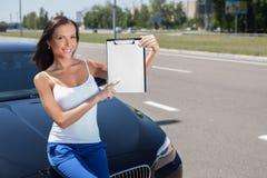 Nette junge Frau wünscht zu vorbei einem modernen Lizenzfreie Stockfotografie